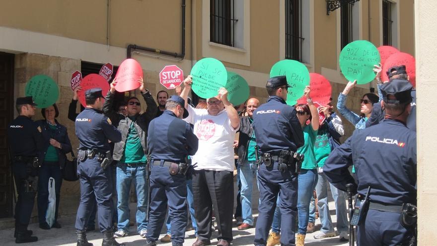 La Plataforma Antidesahucios explica que su protesta en los actos de Cañete se limitaba a escraches silenciosos