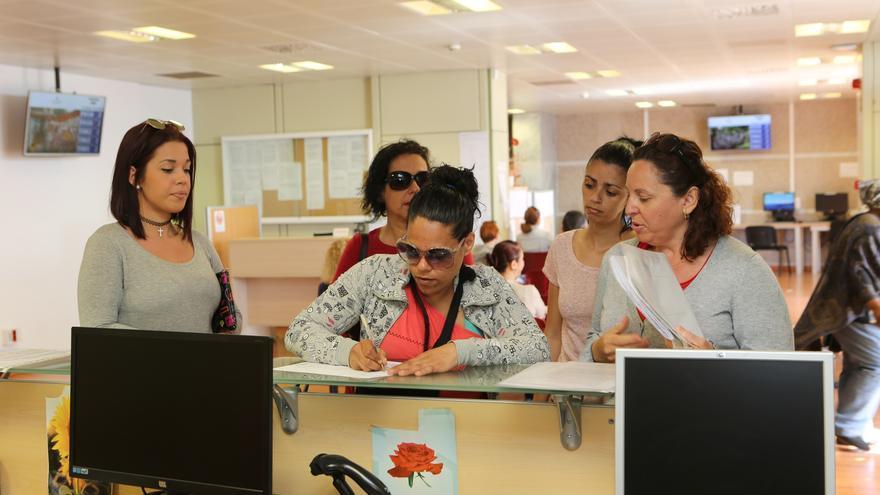 Entrega de firmas por el CEIP Guiniguada en la Consejería de Educación del Gobierno de Canarias.