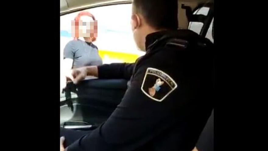 Agentes de la Policía Local de Benidorm se graban en una agresión verbal tránsfoba