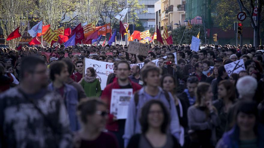 La manifestación alternativa del Primero de Mayo en Barcelona, rodeada por un amplio dispositivo de Mossos d'Esquadra, terminó con altercados y algunos detenidos. /ENRIC CATALÀ