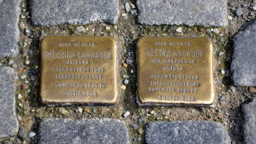Dos de las placas colocadas por iniciativa del artista Gunter Demnig y que ahora sirven de inspiración a la iniciativa en Pamplona / Foto: Andreas Praefcke.