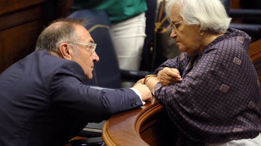 El consejero de Sanidad del Gobierno de Canarias, José Manuel Baltar, y la diputada del PSOE por La Palma María Victoria Hernéndez.