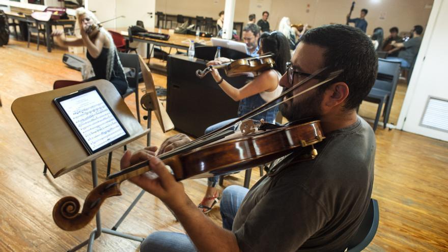 Bernat Bofarull, tocando la viola durante los ensayos | JOAQUÍN GÓMEZ SASTRE