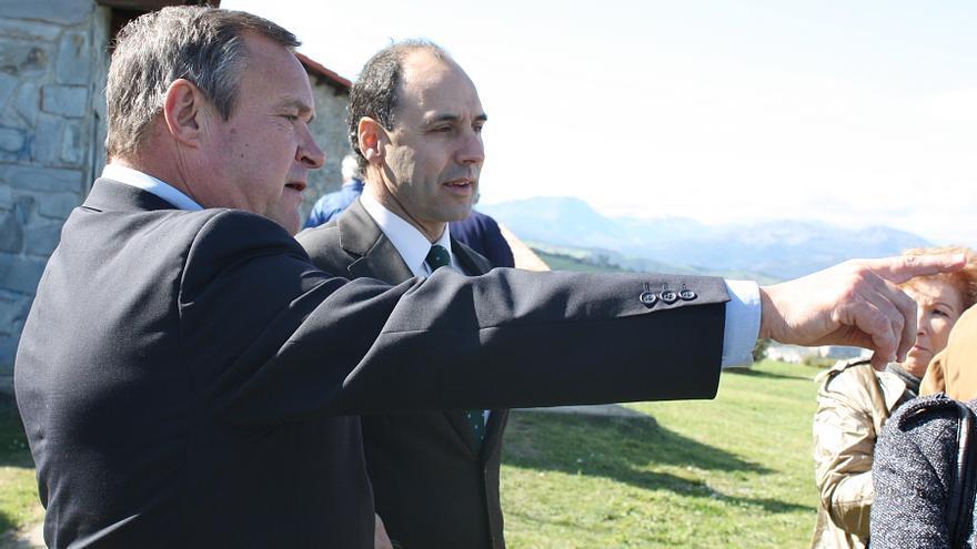 Ángel Vega e Ignacio Diego durante una visita del presidente de Cantabria a Laredo. | Foto: PP