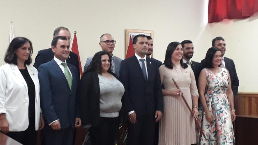 La nueva alcaldesa de Villa de Mazo, Goretti Pérez Corujo (PSOE), tras la toma de posesión, con los concejales del Ayuntamiento..