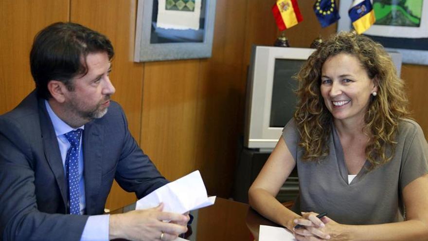 La consejera de obras Públicas del Gobierno de Canarias, Ornella Chacón, recibe al presidente del Cabildo de Tenerife, Carlos Alonso. (Efe/Cristóbal García).