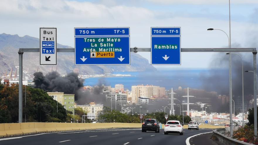 Humareda por el incendio de los contenedores en el acceso principal a la capital tinerfeña