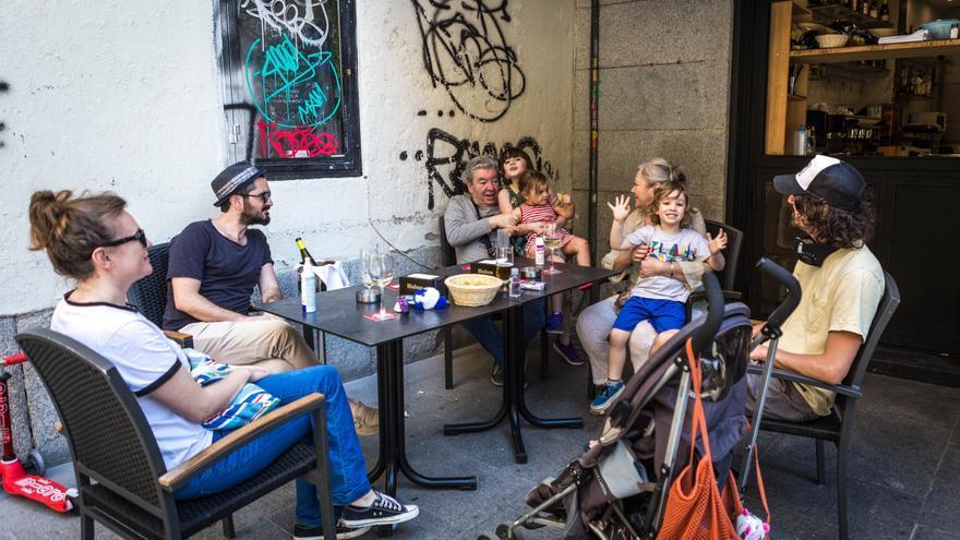 Cote y su familia se reencuentran en una terraza de Madrid.