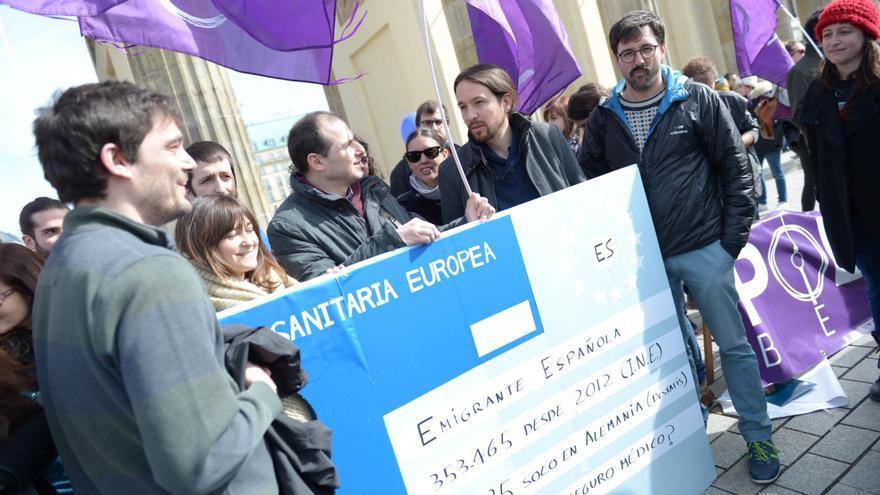 Pablo Iglesias en Berlín con una tarjeta sanitaria gigante. | Foto de Dani Gago (Podemos)