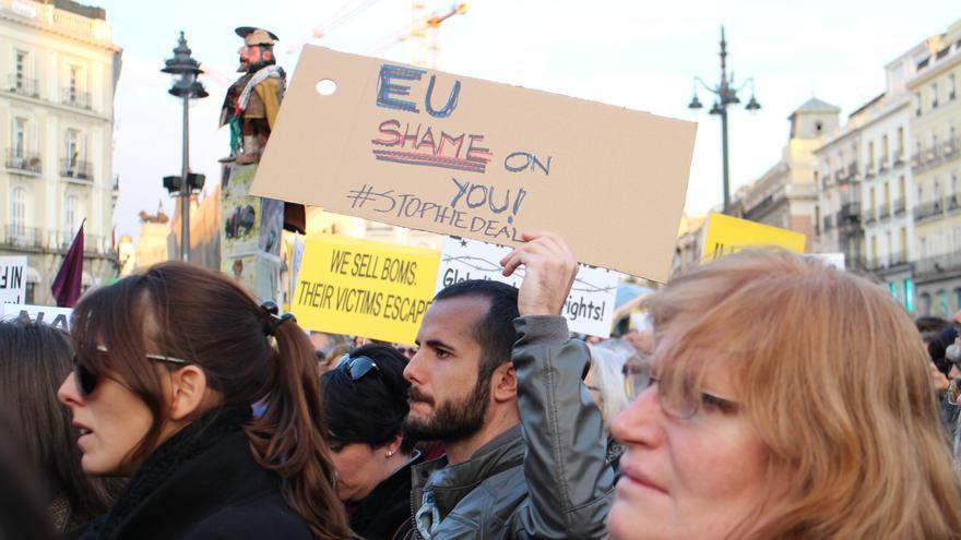 Concentración en la Puerta del Sol, en Madrid, en contra del preacuerdo de la UE y Turquía para devolver refugiados y migrantes.   Laura Olías.