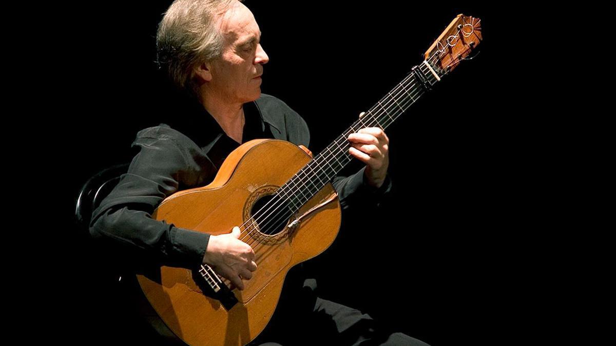 Paco Peña tocando la guitarra.