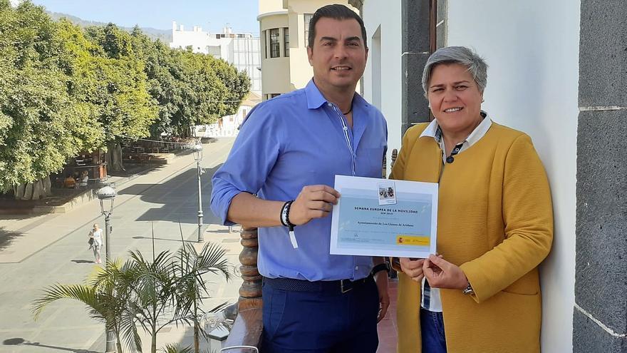 La alcaldesa de Los Llanos, Noelia García Leal y el concejal de Movilidad, Manuel Perera, con el diploma del Ministerio para la Transición Ecológica.