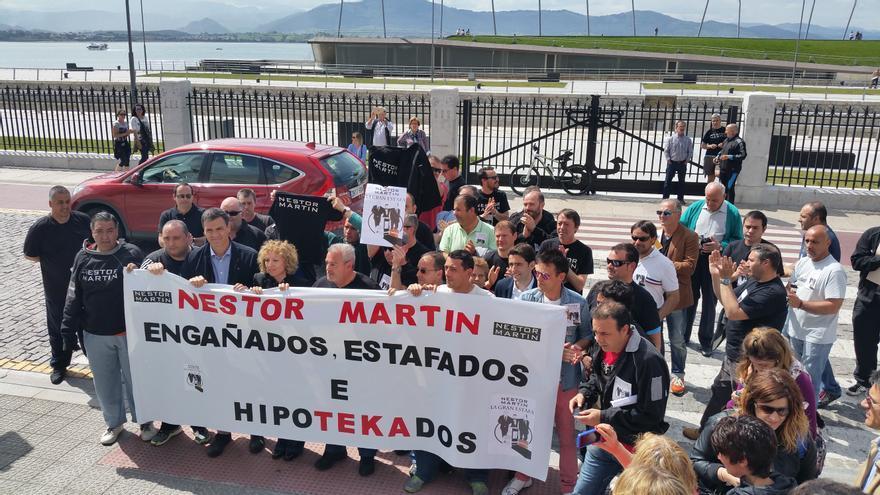Pedro Sánchez y Eva Díaz Tezanos se unieron a la protesta de los trabajadores de Nestor Martin.