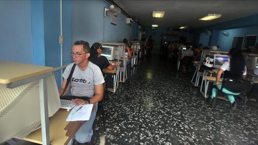 Cuba amplía la conexión social a internet pero el uso privado sigue restringido