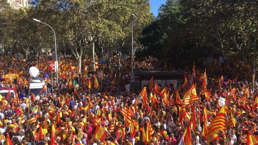 Miles de personas llenan las calles de Barcelona a favor de la unidad de España