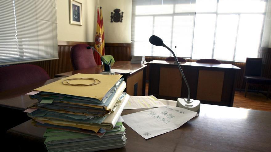 Varios expedientes sobre la mesa de un juzgado.
