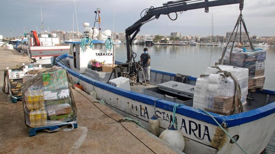 La Santa María es la encargada de abastecer desde Santa Pola a los algo más de 70 habitantes de la isla de Tabarca que desde el confinamiento por el COVID-19 sólo reciben su visita una vez a la semana.