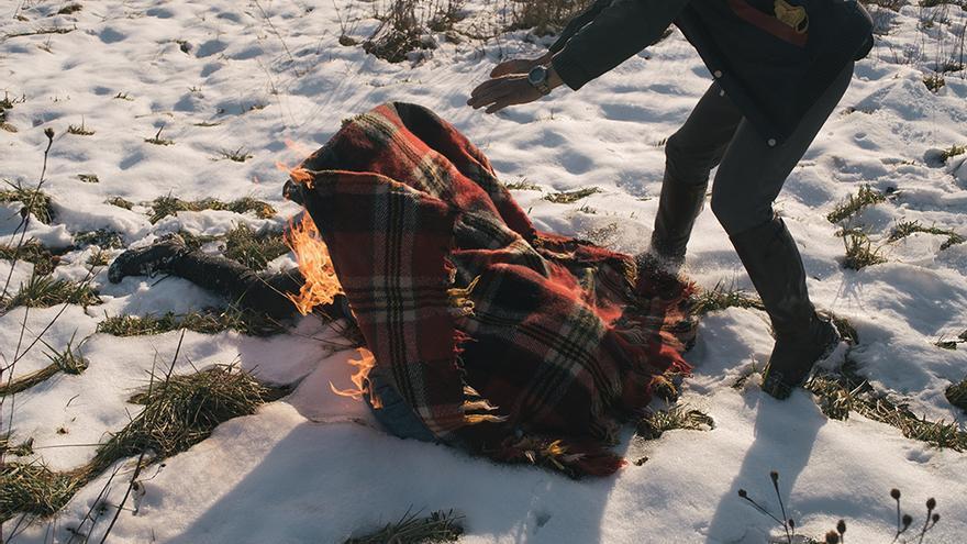 Recorrer la nieve o prenderse fuego son algunas de las escenas del corto