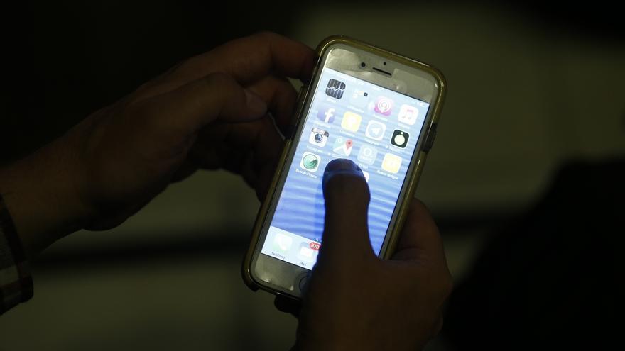 Más del 62% de los cántabros duerme con el móvil al lado, según un estudio