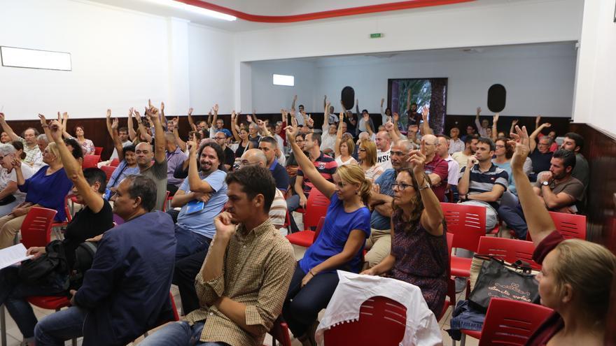 Una de las asambleas de Podemos en Las Palmas de Gran Canaria, entre sus asistentes, la actual secretaria general, Noemí Santana. (Alejandro Ramos)