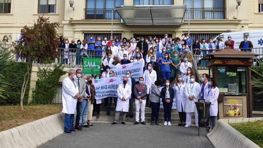 Profesionales del Hospital Regional de Málaga, en la concentración de protesta por la agresión a una compañera