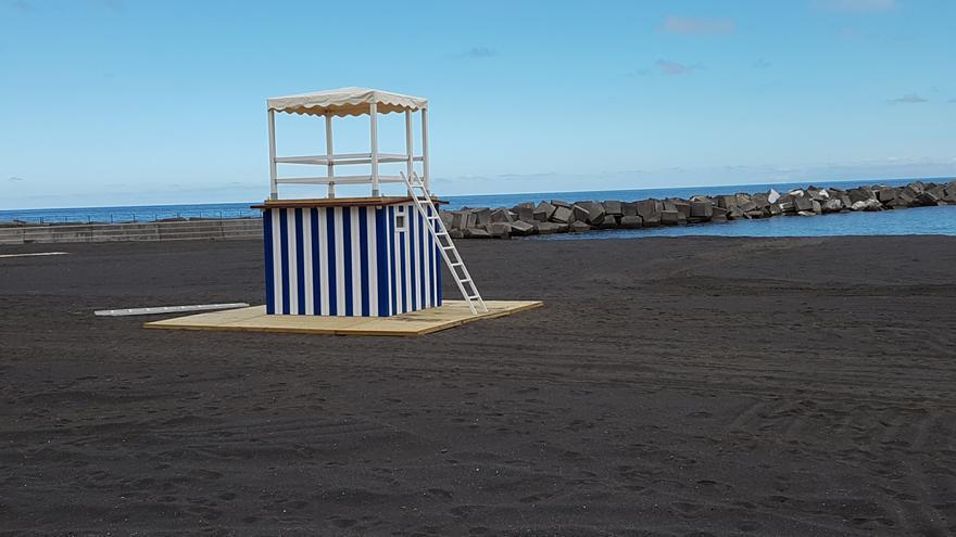 Una de las dos torres de vigilancia de la playa (la situada en la parte norte). Foto: LUZ RODRÍGUEZ.