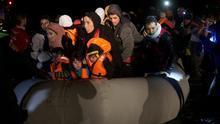 Una embarcación abarrotada de personas, entre ellas niños, llega desde Turquía al noreste de la isla griega de Lesbos, este domingo 20 de marzo de 2016 (AP Photo/Petros Giannakouris).