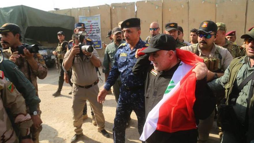El primer ministro iraquí celebra con los civiles de Mosul la victoria ante el EI