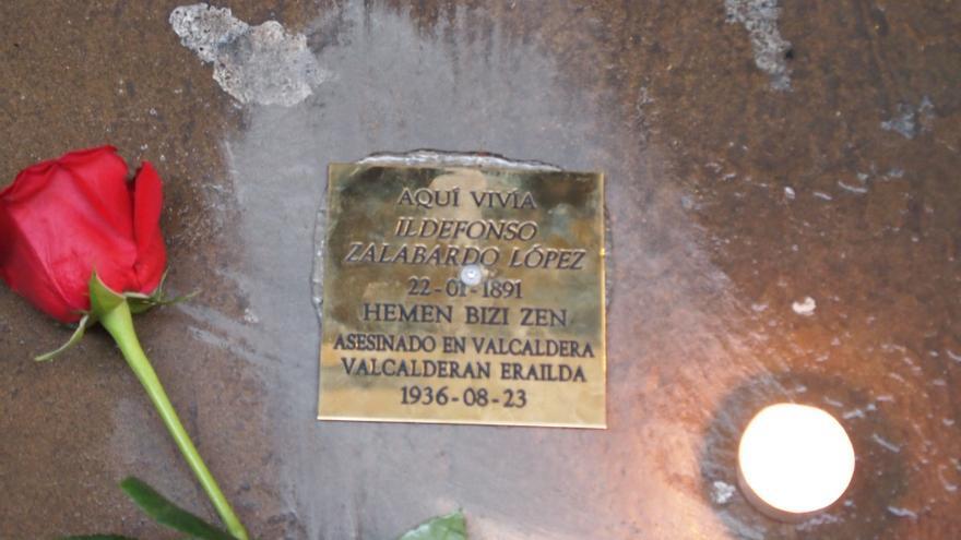 Uno de los adoquines colocados por la asociación memorialista objeto de ataque.
