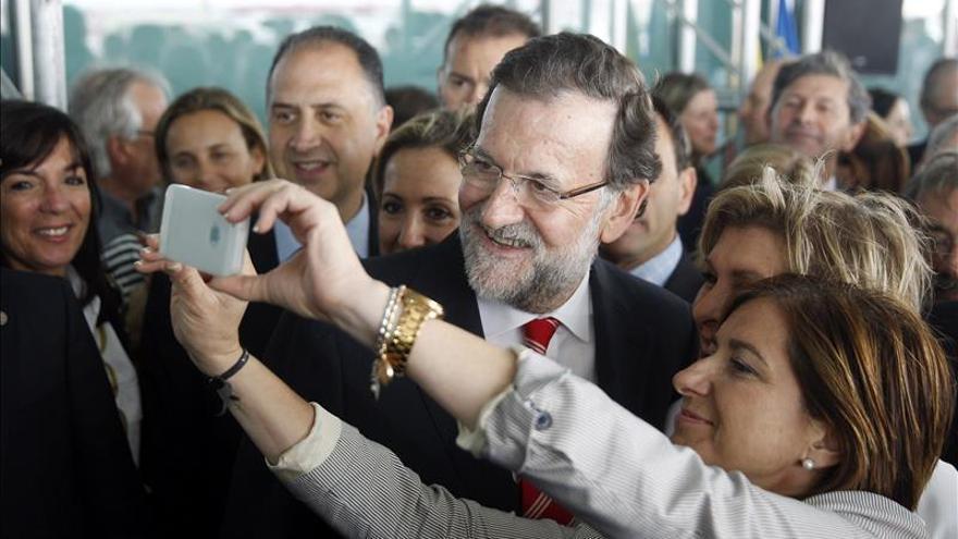 Rajoy come en la playa de la Malvarrosa tras un acto de su partido