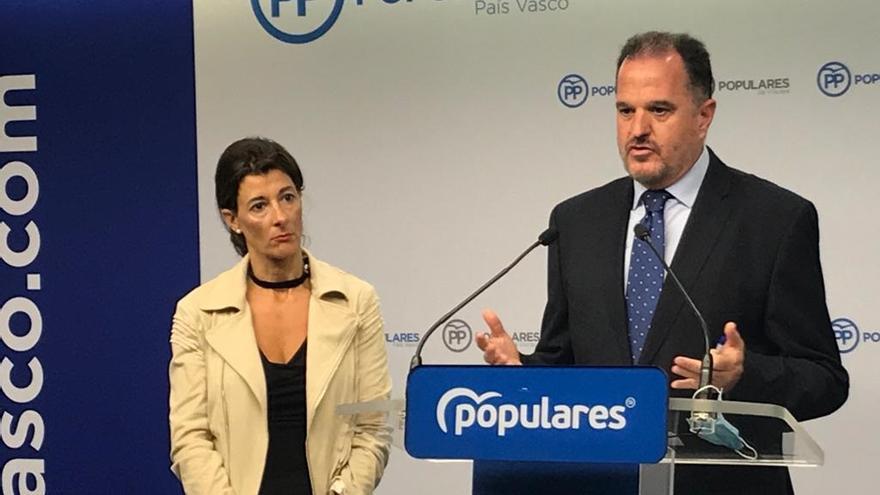 Carlos Iturgaiz, junto a Laura Garrido, en una rueda de prensa en Bilbao