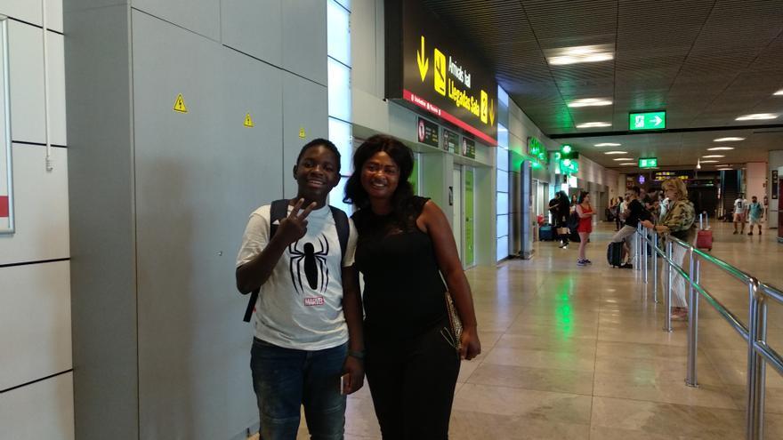 Madre e hijo momentos después de reencontrarse en el aeropuerto de Madrid.