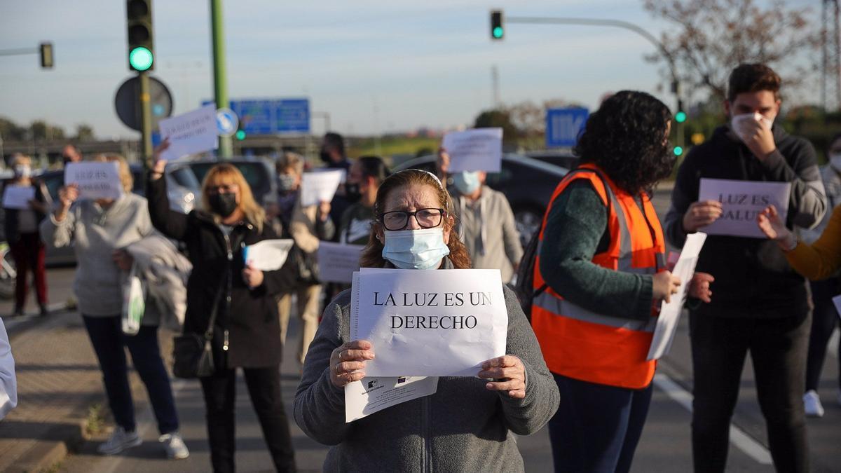 Protesta por los continuos cortes de luz convocada en enero por colectivos vecinales en Sevilla.