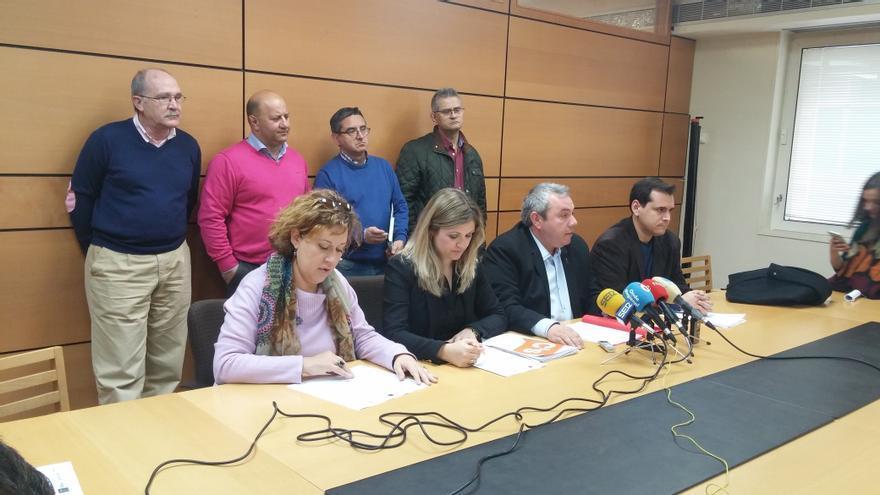 Los grupos de oposición del Ayuntamiento presentando las dos mociones