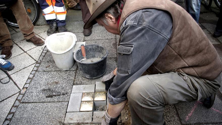 Gunter Demnig instalando varias stolpersteine / Karin Richert