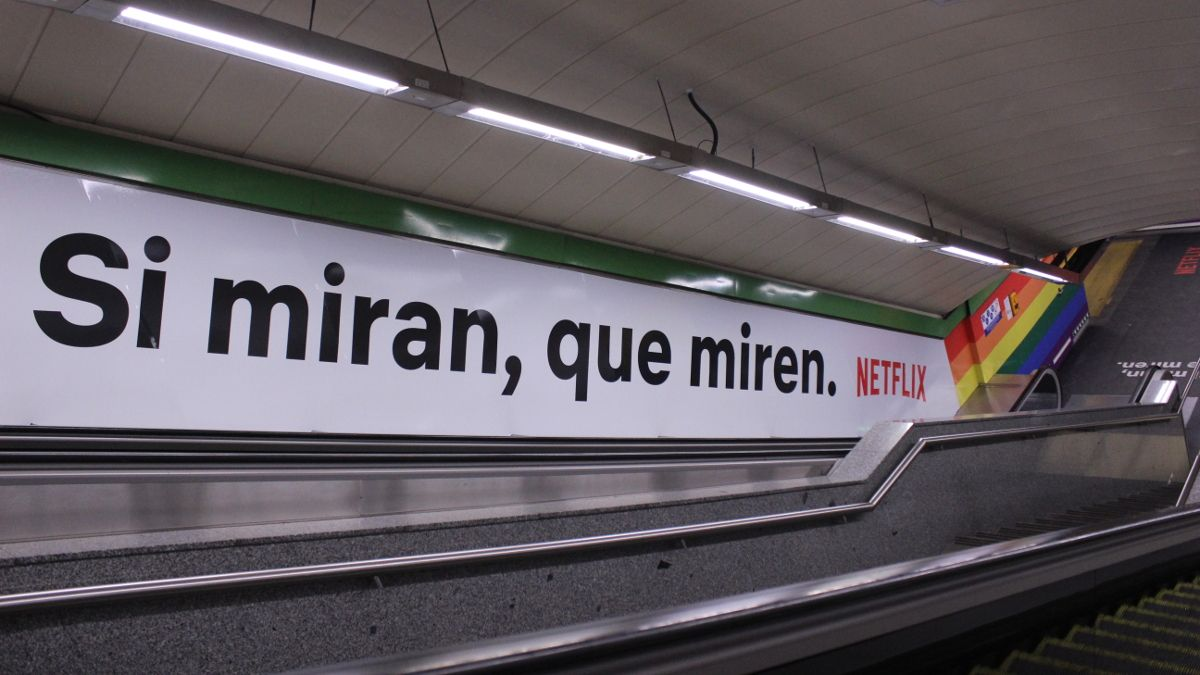 Escaleras mecánicas de la estación de Metro de Chueca con la nueva campaña de Netflix para el Orgullo | SOMOS CHUECA