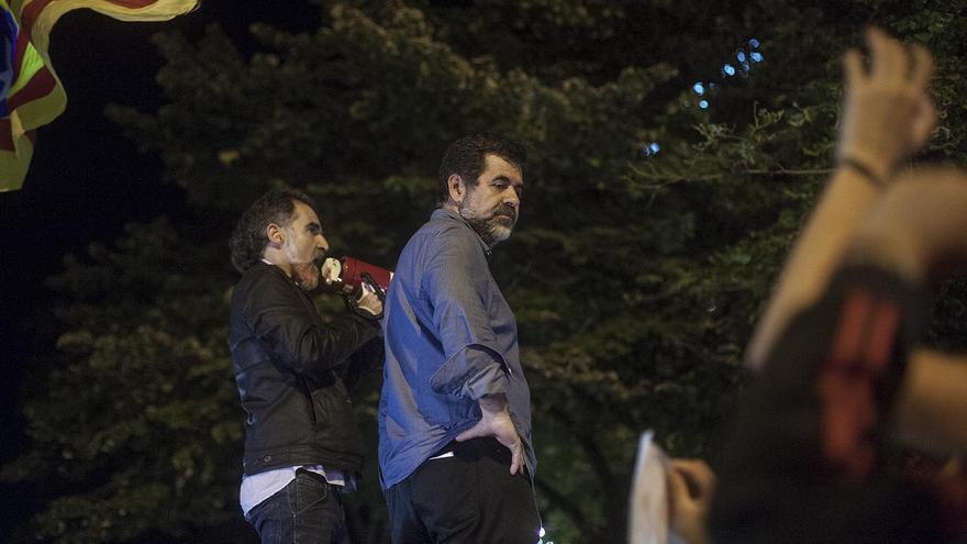 Los presidentes de Òmnium Cultural y la ANC, Jordi Cuixart y Jordi Sánchez, durante la protesta frente a la Conselleria de Economía