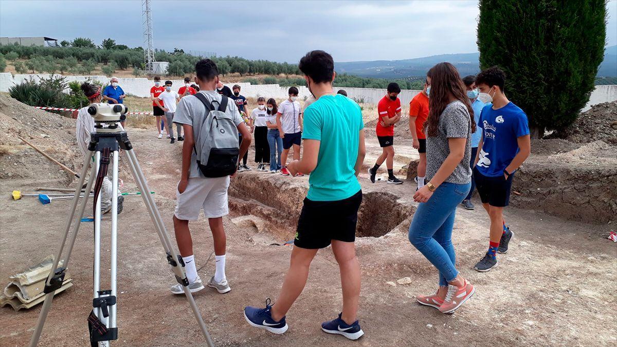 Estudiantes conocen los trabajos de exhumación de fosas en el cementerio de Aguilar de la Frontera.