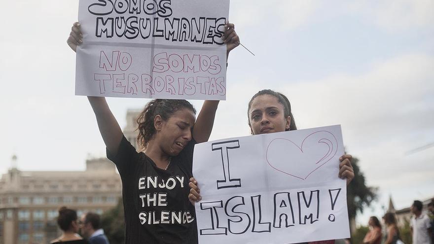 Dos jóvenes en una manifestación de entidades musulmanas contra los atentados en Catalunya.