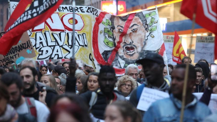Un grupo de personas asiste a la manifestación de solidaridad por la suspensión del cargo de alcalde de Riace Domenico Lucano, en Milán, Italia, el 6 de octubre de 2018.