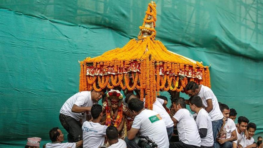 """Miles de hindúes y budistas piden protección a la """"niña diosa"""" de Katmandú"""