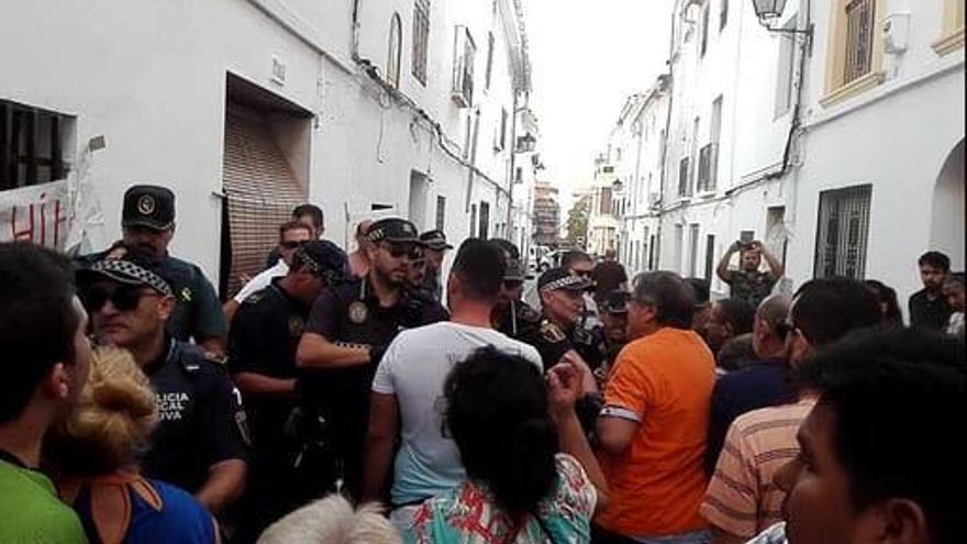 Los agentes policiales y los activistas durante el desahucio
