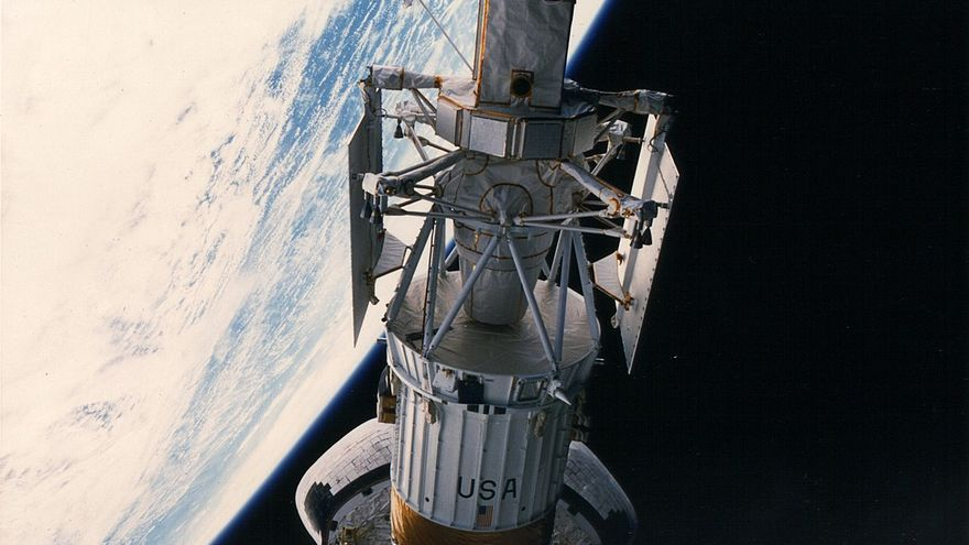 La misión Magallanes se lanzó desde la bodega del transbordador Atlantis el 4 de mayo de 1982. En la parte superior de la imagen se ve la antena de alta ganancia de la sonda.