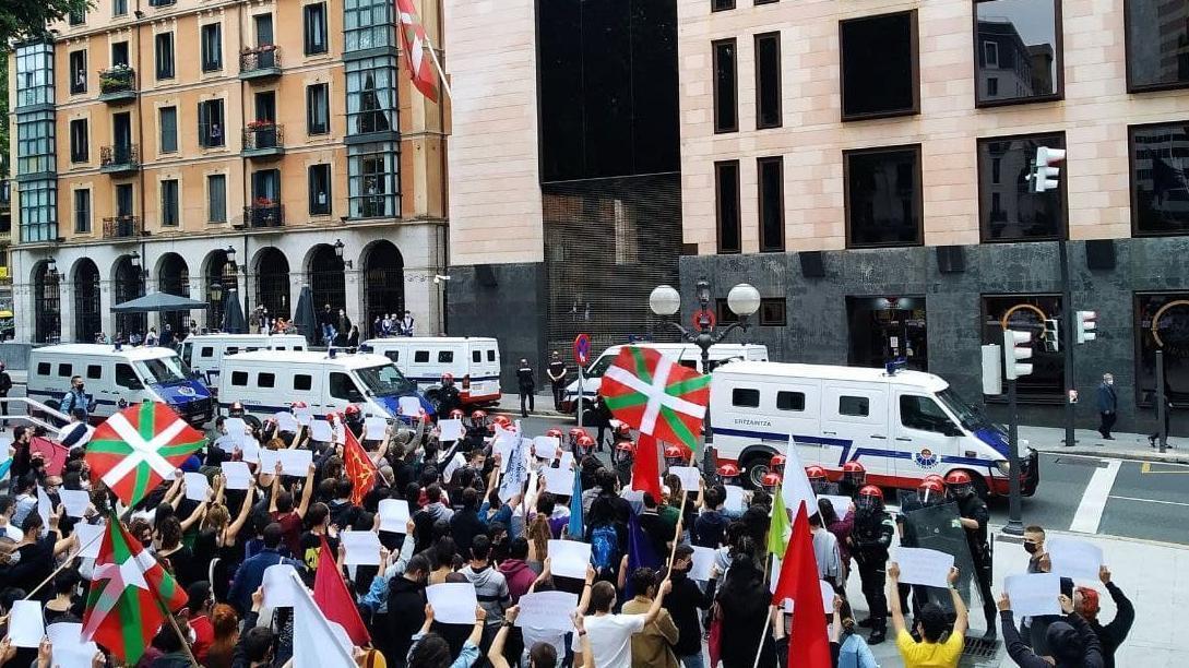 Manifestación de Ernai en Bilbao, frente a la sede del PNV, custodiada por la Ertzaintza