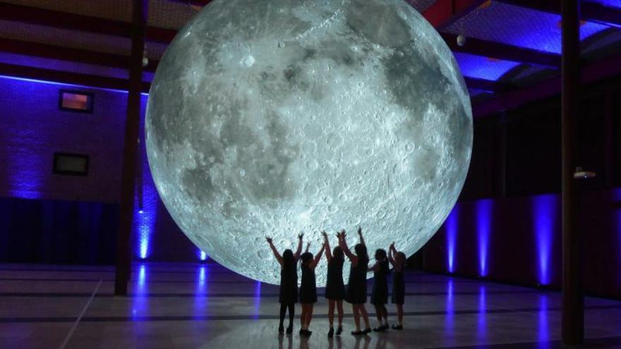 El Museo de Houston celebra los 50 años del Apolo XI con una luna gigante