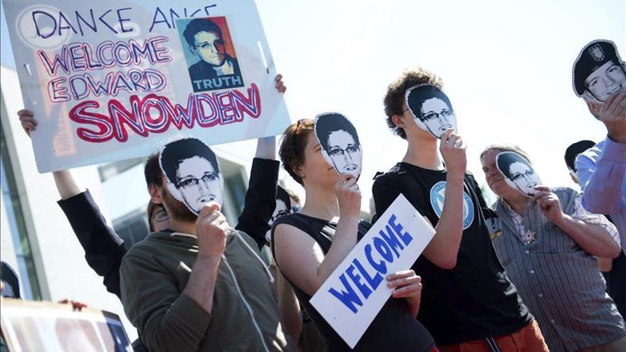 Manifestantes con la cara de Edward Snowden, el exanalista de la NSA que reveló el espionaje masivo | EFE