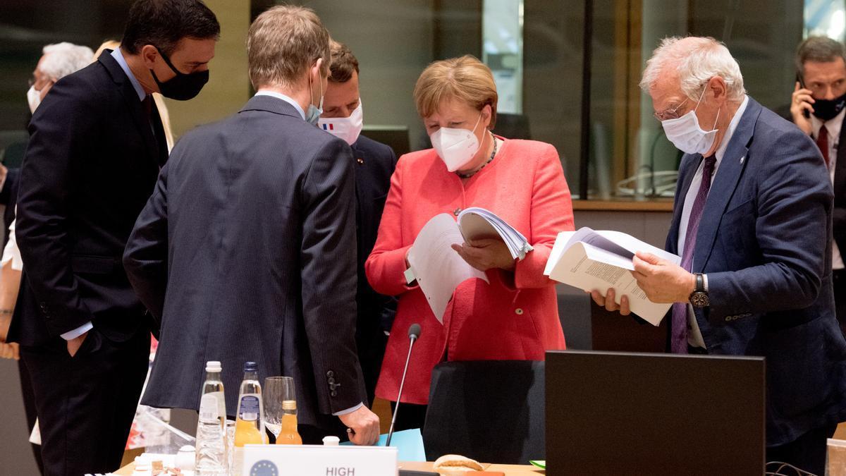 Pedro Sánchez, presidente del Gobierno español; Emmanuel Macron, presidente francés; Angela Merkel, canciller alemana; Josep Borrell, Alto Representante de la Unión para Asuntos Exteriores y Política de Seguridad y vicepresidente de la Comisión Europea.