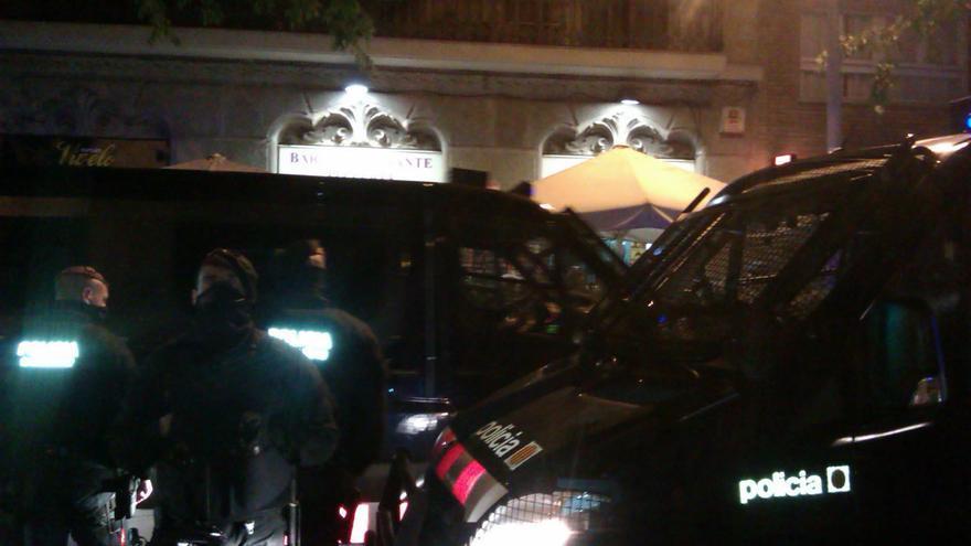 La policia, impidiendo el paso y el contacto visual con el bar La Mandanta. / (Foto: Jordi Mumbrú)