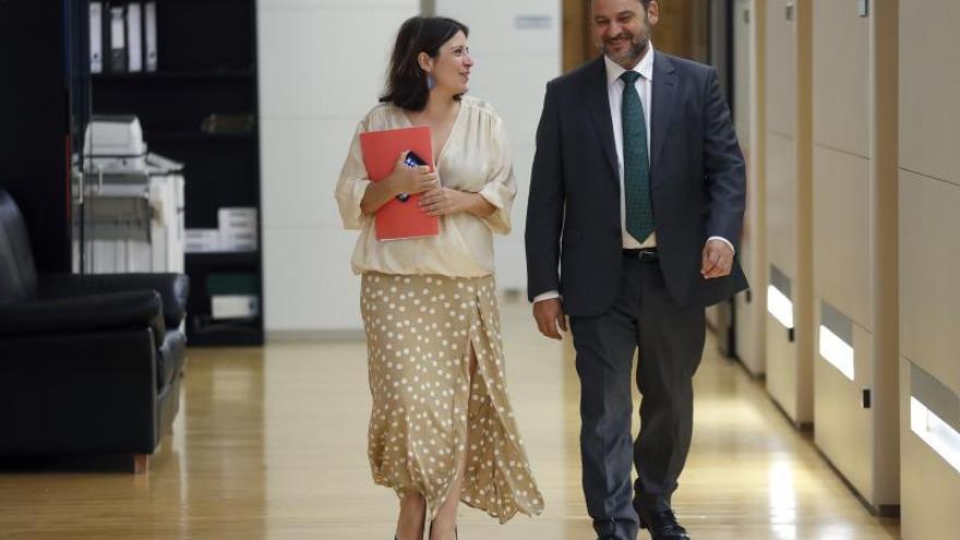 La vicesecretaria general y portavoz del Grupo Parlamentario Socialista, Adriana Lastra, y el secretario de Organización y ministro de Fomento, José Luis Ábalos.