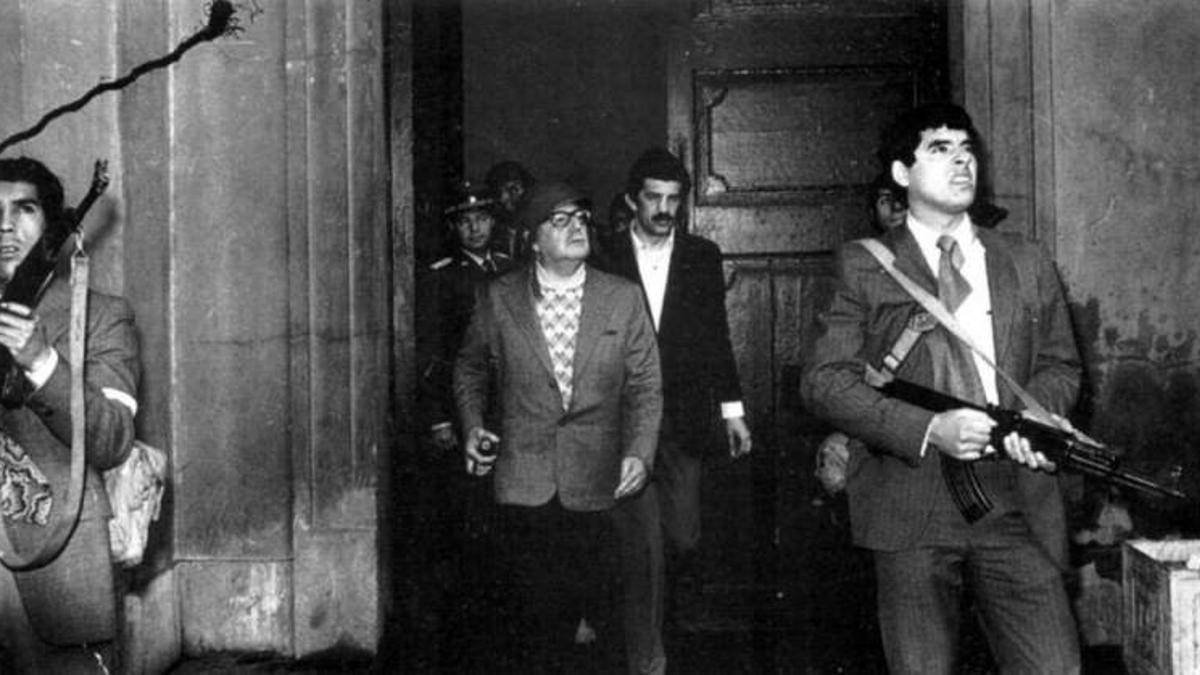 Última imagen del presidente chileno Salvador Allende, en el exterior del Palacio de La Moneda, acompañado del Grupo de Amigos del Presidente (GAP), su servicio de guardia personal, durante el golpe de Estado el 11 de septiembre de 1973.